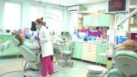 El hombre paciente del dentista del doctor de las mentiras explica al paciente del diálogo metrajes