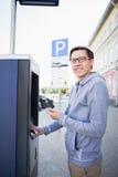 El hombre paga parquear fotografía de archivo