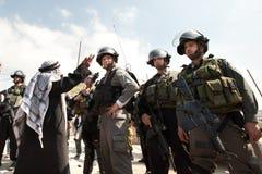 El hombre palestino enfrenta a soldados israelíes Imagen de archivo libre de regalías