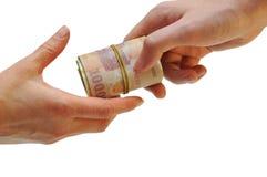 El hombre pasa el dinero a la mano de la mujer Imagen de archivo