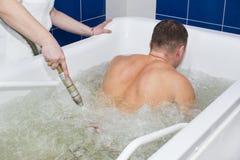 El hombre pasa hydromassage del procedimiento Foto de archivo