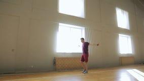 El hombre pasa a través de gimnasio y se prepara para entrenar almacen de video