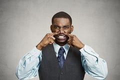 El hombre pellizca su nariz, olor muy malo, olor foto de archivo libre de regalías