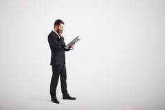 El hombre pensativo en desgaste formal familiariza con los materiales Imágenes de archivo libres de regalías