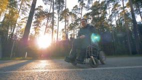 El hombre perjudicado se está sentando en una silla de ruedas afuera metrajes