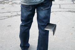 El hombre pierde la cartera imagen de archivo