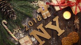 El hombre pone el ` del ` NY de las letras en una tabla con las ramas y la Navidad del abeto metrajes