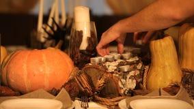 El hombre pone las velas del día de fiesta en la tabla