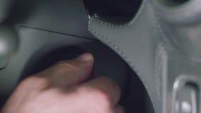 El hombre pone llave roja en la ignición almacen de video