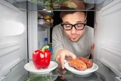 El hombre prefiere carne sobre verdura Imágenes de archivo libres de regalías