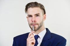 El hombre preparó bien el fondo blanco del traje formal del negocio Negocio individual del empresario Hombre de negocios serio foto de archivo