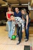 El hombre prepara la bola del tiro en club del bowling Foto de archivo