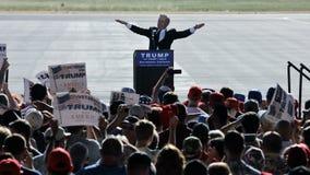El hombre presenta al candidato presidencial Donald Trump Campaigns del GOP Foto de archivo