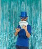 El hombre presenta porciones de dinero en sus manos El brasileño está llevando el bl foto de archivo libre de regalías