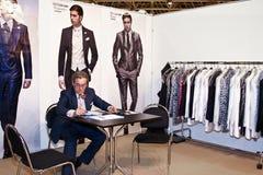 El hombre presenta una colección de ropa Fotografía de archivo libre de regalías
