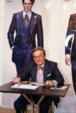 El hombre presenta una colección de ropa Foto de archivo libre de regalías