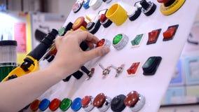 El hombre presiona los botones en el panel de control de producci?n almacen de video