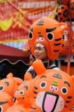 El hombre promovía los productos del tigre Foto de archivo