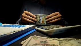 El hombre propone el dinero El encargado se sienta en la oficina y da dólares préstamo almacen de metraje de vídeo
