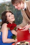 El hombre propone la unión a la muchacha hermosa. Foto de archivo libre de regalías