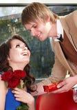 El hombre propone la unión a la muchacha hermosa. Fotografía de archivo libre de regalías
