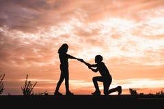 El hombre propone a su novia libre illustration