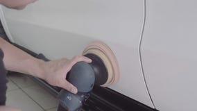 El hombre pule el coche almacen de metraje de vídeo