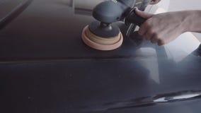 El hombre pule el coche almacen de video