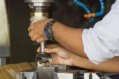 El hombre puso el parte movible de los útiles al tenedor de moler para el metal del trabajo Fotografía de archivo libre de regalías