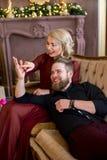 El hombre puso su cabeza en el sofá que se sentaba de la muchacha de las rodillas Imagen de archivo