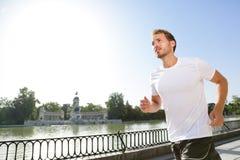El hombre que activa que corre en ciudad parquea el EL Retiro Madrid Fotos de archivo libres de regalías