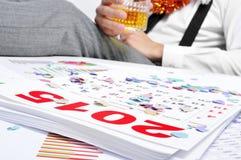 El hombre que bebe en la oficina durante Años Nuevos va de fiesta Fotografía de archivo libre de regalías
