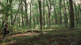 El hombre que corre en el bosque 4K metrajes