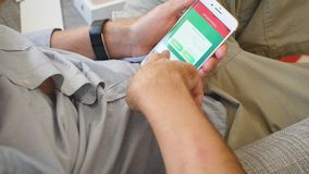 El hombre que intenta el último iPhone 8 app más Pokemon va juego almacen de metraje de vídeo