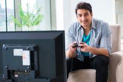 El hombre que juega al juego de ordenador en casa Imagen de archivo