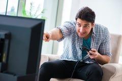 El hombre que juega al juego de ordenador en casa Fotografía de archivo libre de regalías