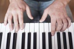 El hombre que juega el piano Foto de archivo