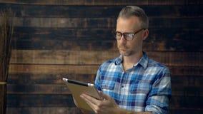 El hombre que lleva de la tela escocesa es referido leyendo almacen de video