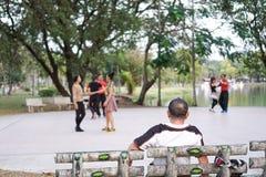 El hombre que mira la danza se mueve encendido, la idea que no hay partne imagenes de archivo
