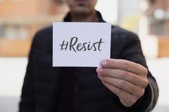 El hombre que muestra una nota con el hashtag se opone Fotos de archivo libres de regalías