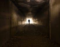 El hombre que rápidamente a través del túnel hacia la luz Fotos de archivo libres de regalías