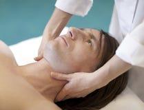 El hombre que recibe masaje relaja el tratamiento Imagenes de archivo
