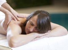 El hombre que recibe masaje relaja el tratamiento Foto de archivo libre de regalías