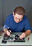 El hombre que repara DVD un jugador Fotos de archivo libres de regalías