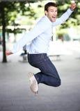 El hombre que salta con alegría Foto de archivo libre de regalías
