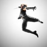 El hombre que salta con una espada, ataque Imagen de archivo libre de regalías