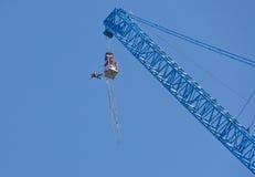 El hombre que salta de una grúa Imagen de archivo