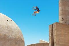 El hombre que salta, en poca falta de definición de movimiento foto de archivo libre de regalías