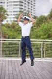 El hombre que salta para la alegría Foto de archivo