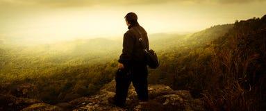 El hombre que se coloca con el viajero de la naturaleza del drama Foto de archivo